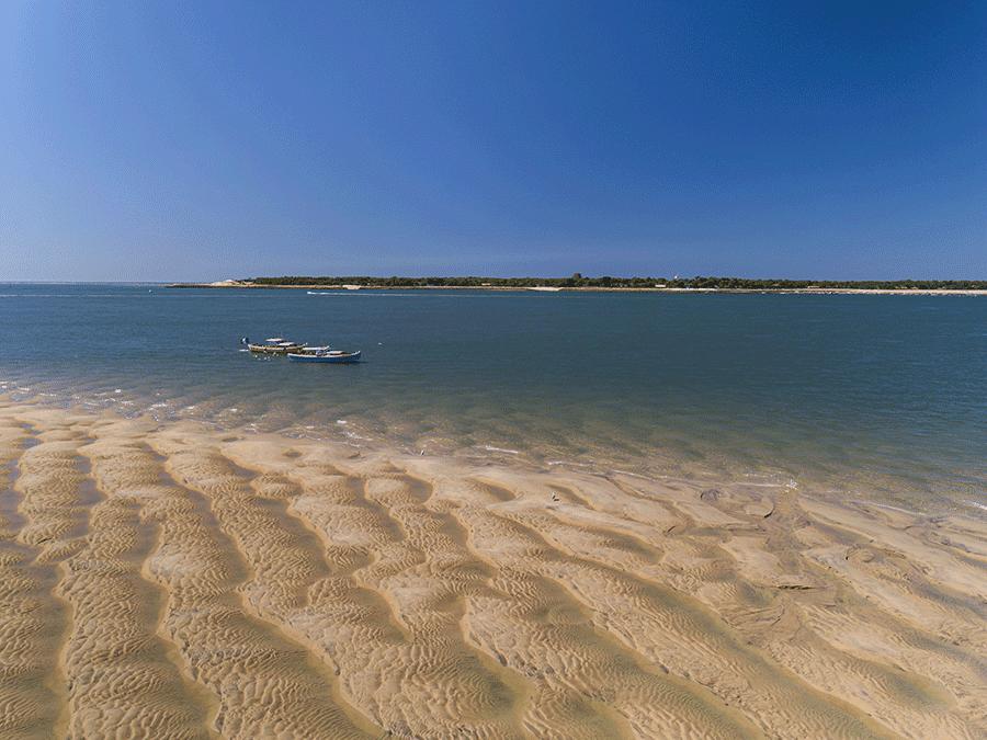 banc de sable et pinasse traditionnelle arcachon